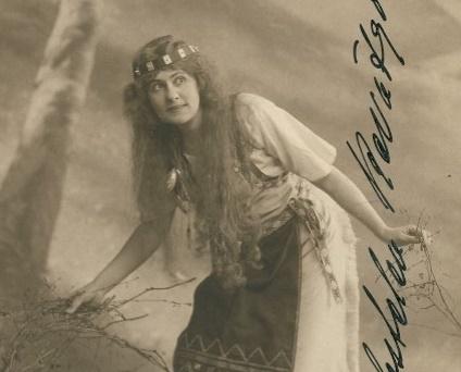 Aino Ackté oopperan pääroolissa ensiensitysvuonna 1909